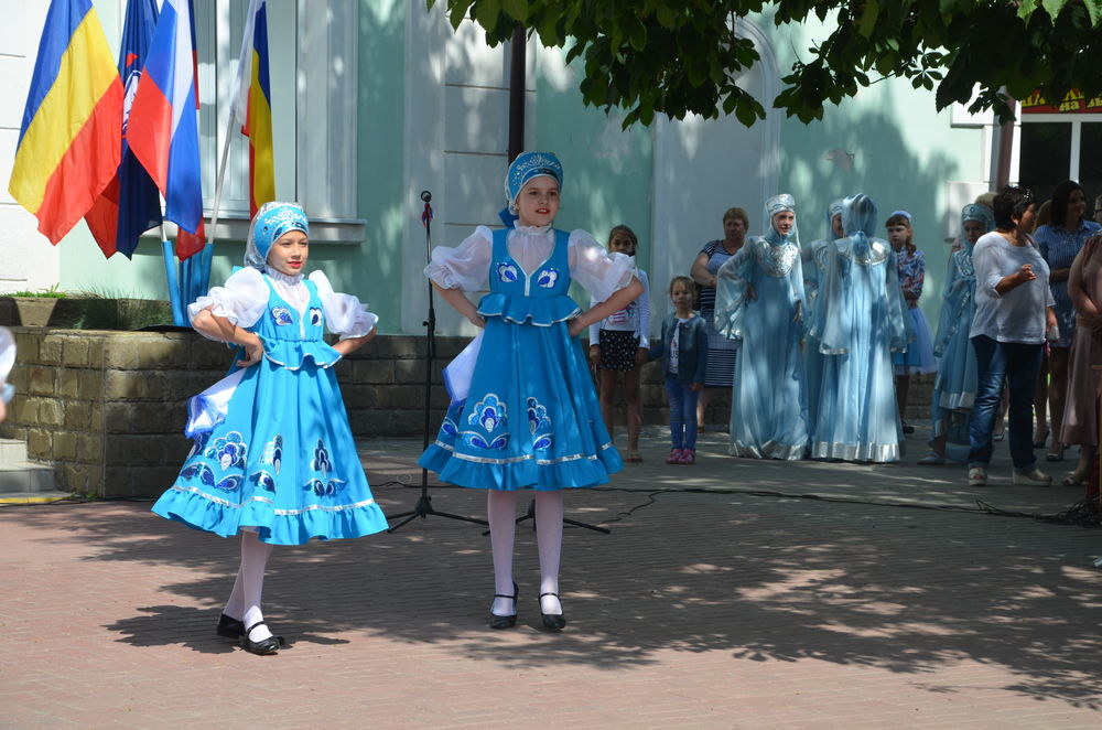 день россии, платье ручной работы, девочка, дети танцуют