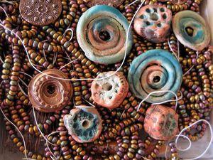 Бусины и кулоны из глины в работах зарубежных керамистов-миниатюристов. Ярмарка Мастеров - ручная работа, handmade.