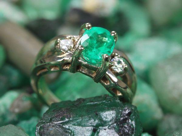 Красивый сочный яркий колумбийский изумруд с бриллиантами прекрасно дополняют это коктейль кольцо. | Ярмарка Мастеров - ручная работа, handmade