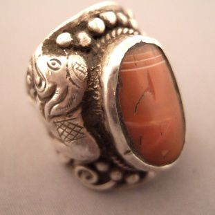 Silver, agate, Nepal     Description     A nice traditional ring made for man with a beautiful agate and representation of elephants on either side of the body of the ring ... this ring which can be sized can also be worn by women with the most beautiful effect ...      Size:12 adaptable    Weight:24,4gr