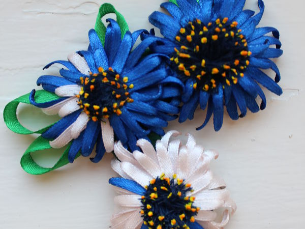 Создаем брошь «Голубые герберы» из атласных лент   Ярмарка Мастеров - ручная работа, handmade