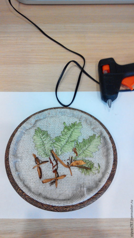 Embroidering Autumn Acorns in Wooden Hoop with Floss, фото № 15