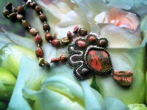 Аукцион на вышитый бисером кулон с натуральными унакитами и фигуркой змеи — сейчас!. Ярмарка Мастеров - ручная работа, handmade.