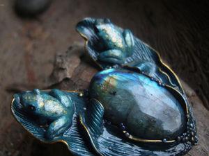 Аукцион с НУЛЯ на брошь с натуральным лабрадоритом и лягушками. Ярмарка Мастеров - ручная работа, handmade.