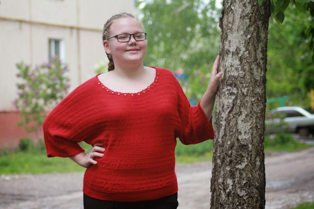 девушка в красном, красный свитер, весенний свитер, свитер для девочки