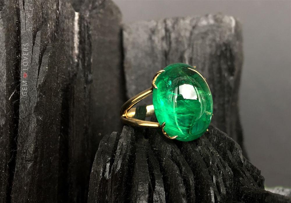 Прозрачный драгоценный камень, похожий на алмаз и встречающийся разных цветов, включая синий, красный, зеленый, желтый и черный, приносит спокойствие и процветание, привлекает богатство.