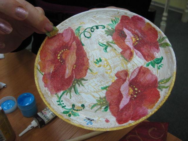 Украшаем края тарелки при помощи губки с золотой акриловой краской