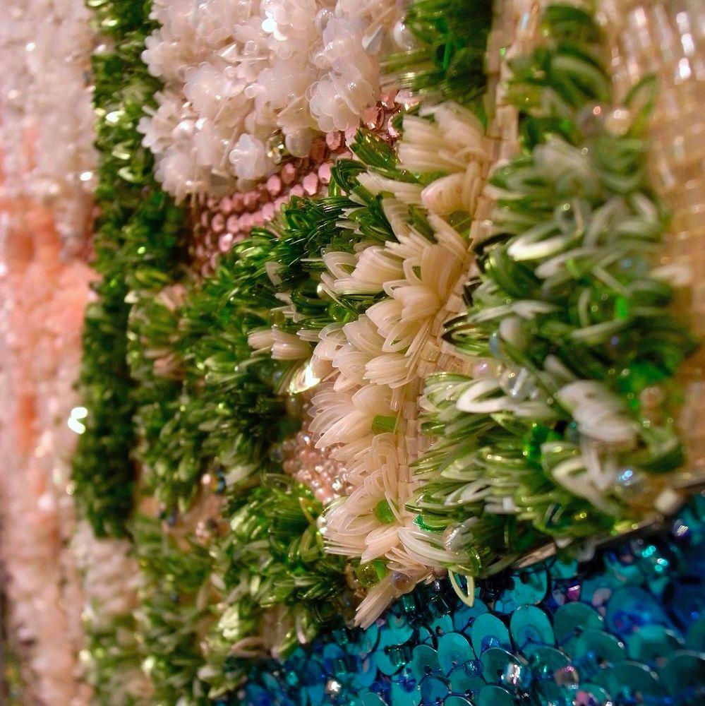 Панно с тропическими цветами, вышитое люневильским крючком Chengyen Lee
