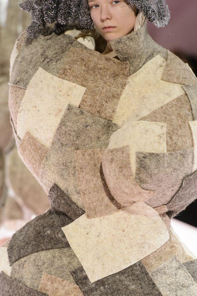 Необычные формы и нестандартные материалы в коллекции японской марки Comme de Garson, фото № 21
