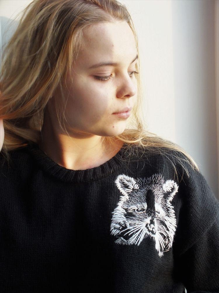анонс, новинка, джемпер, вязаный джемпер, джемпер спицами, женский джемпер, енот, джемпер с вышивкой, пуловер, женский пуловер, пуловер вязаный, пуловер спицами, ручная работа, ручная вязка, женская одежда, вязание на спица, вязание на заказ