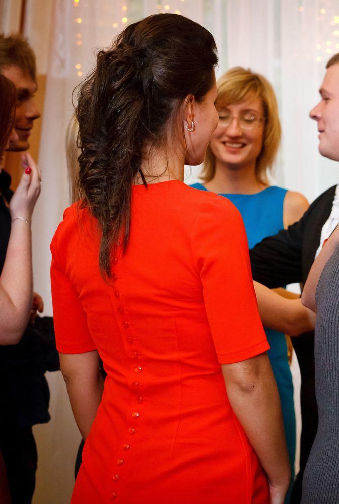 красное платье, золотая зебра