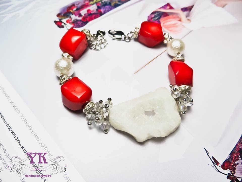 Украшение с натуральным кораллом, чешскими кристаллами, кристаллической друзой агата.