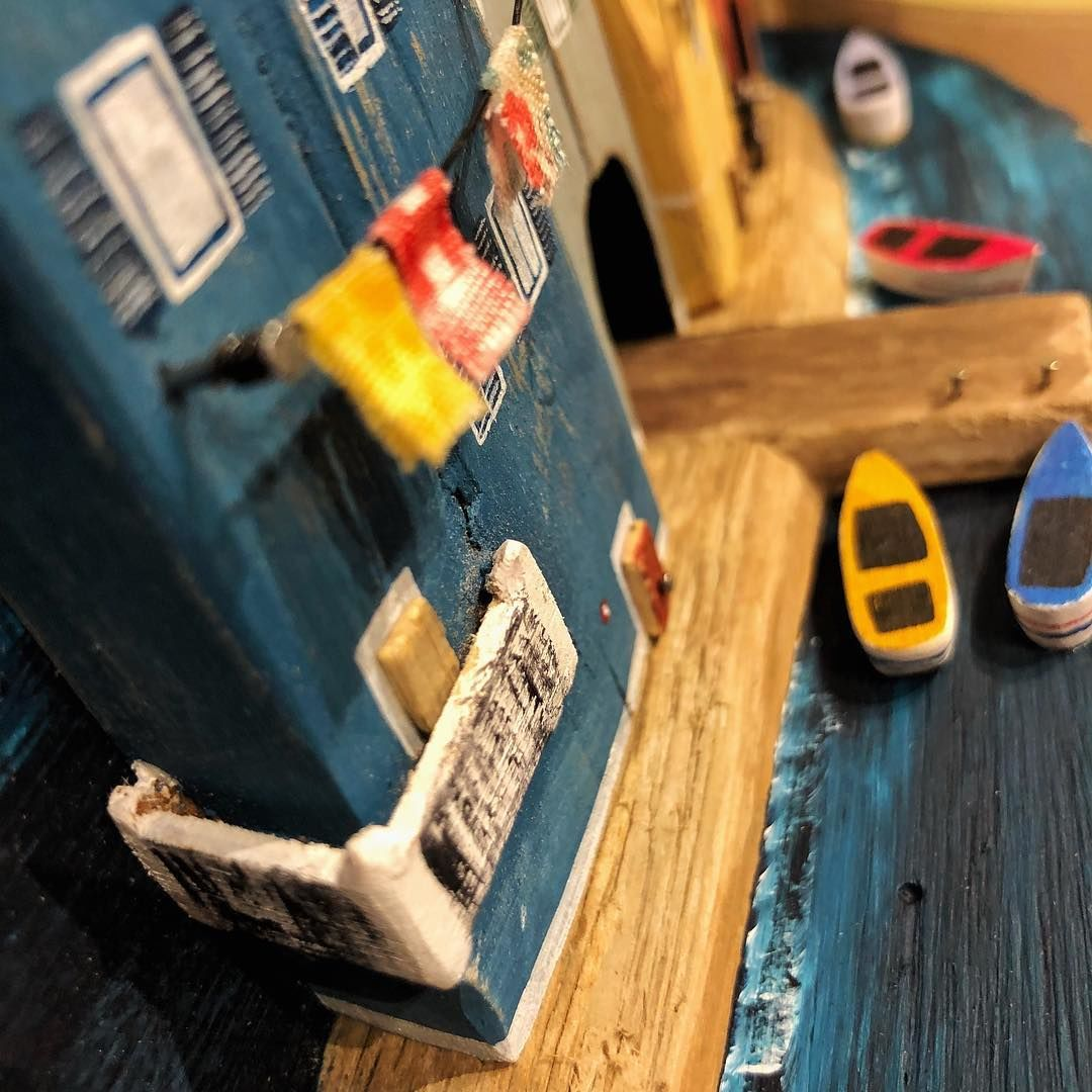 Уютный дрифтвуд Nika's tiny house: художница из Словении воссоздает свой родной город из плавника