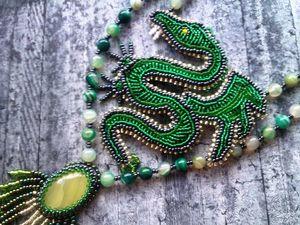 """Аукцион на длинный вышитый бисером кулон """"Зеленый дракон"""" с натуральными ониксом и агатами — закрыт. Ярмарка Мастеров - ручная работа, handmade."""