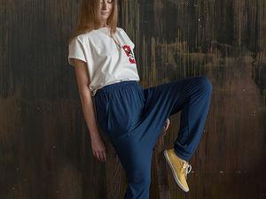YOKU LOOK: белая блуза-оверсайз с карманом и синие джоггеры из бамбукового трикотажа. Ярмарка Мастеров - ручная работа, handmade.