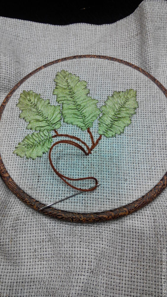 Embroidering Autumn Acorns in Wooden Hoop with Floss, фото № 5
