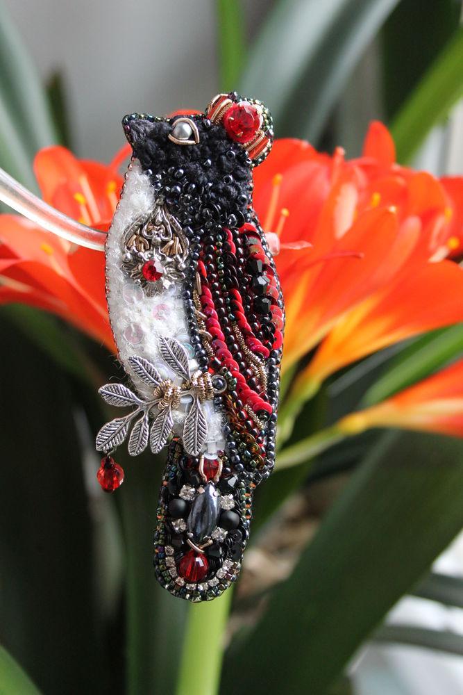 вышитая брошь, птица в короне, красивая брошь