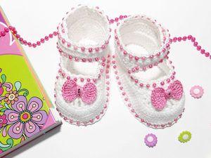 """Белоснежные туфельки """"Бантики"""" с клубничным акцентом для маленьких модниц. Ярмарка Мастеров - ручная работа, handmade."""