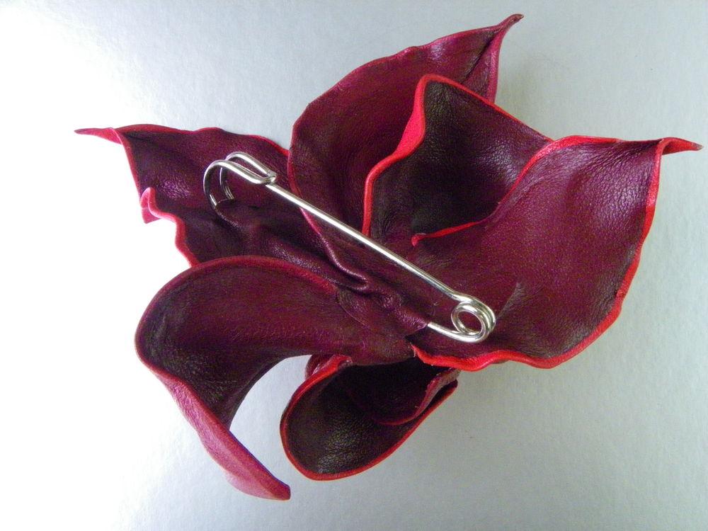 брошь алая, брошь-цветок из кожи, большая булавка, цветок застежка на шарф, брошь цветок красная