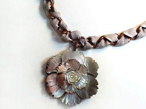 Перламутровая цветок – крупное колье цепь с резной подвеской. Ярмарка Мастеров - ручная работа, handmade.