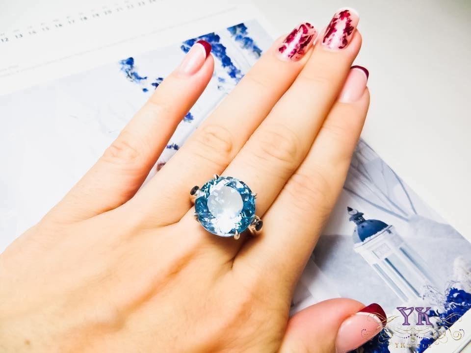 Кольцо с голубым топазом.