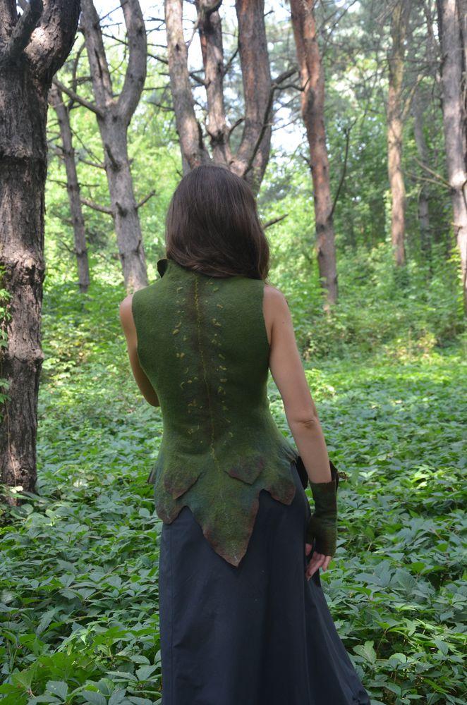 жилет с листьями