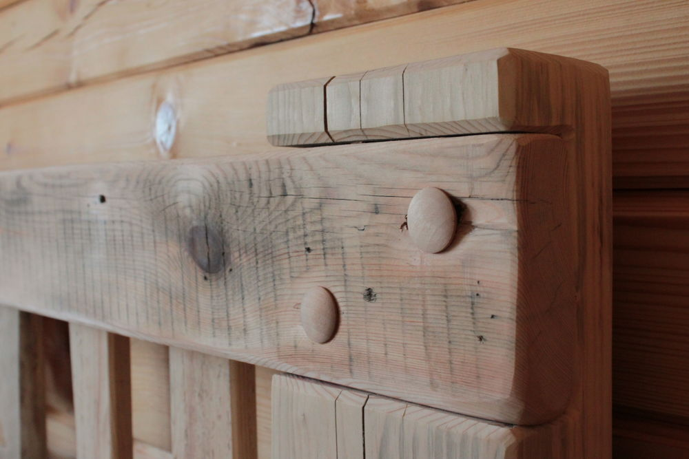 деревянная кровать, кровать из досок