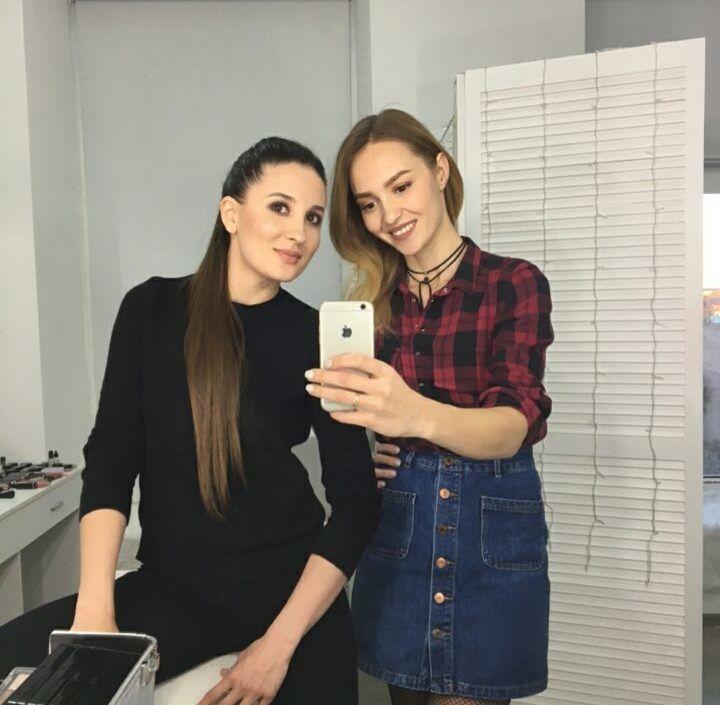 макияж, блузка, брюки, фото