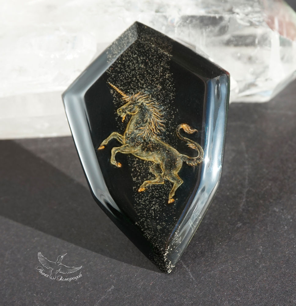 лаковая миниатюра роспись, роспись камней красками, миниатюрная роспись, камни для творчества, камни для бижутерии, кабошон для украшений, белый золото готика, конь лошадь единорог, геральдика герб рыцарь, ночь черный камень