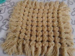Создаем коврик-накидку на табурет из помпонов. Ярмарка Мастеров - ручная работа, handmade.