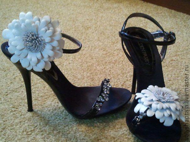 броши на обуви