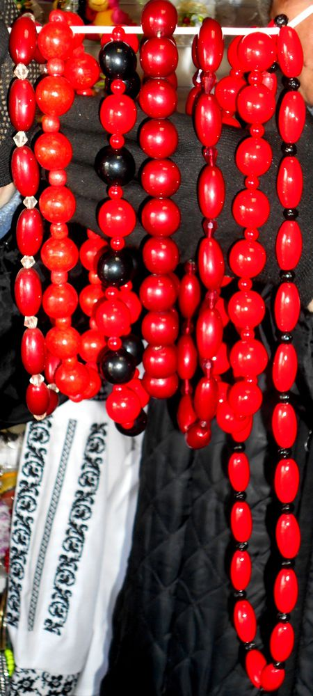 красные украшения
