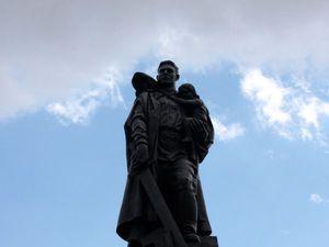 Воин-освободитель: памятник советскому солдату с девочкой спасённой на руках.... Ярмарка Мастеров - ручная работа, handmade.