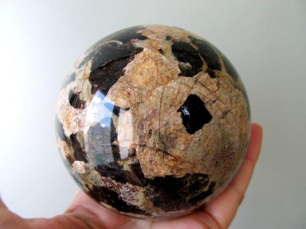 Шар из брекчии пегматита и дымчатого кварца, сцементированных опалом, 93 мм | Ярмарка Мастеров - ручная работа, handmade