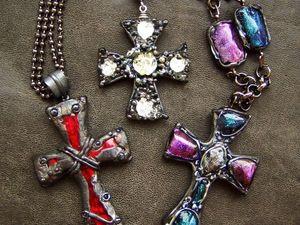 Стильные кулоны-кресты из