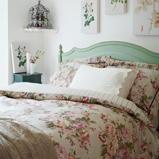 Floral country-style bedroom