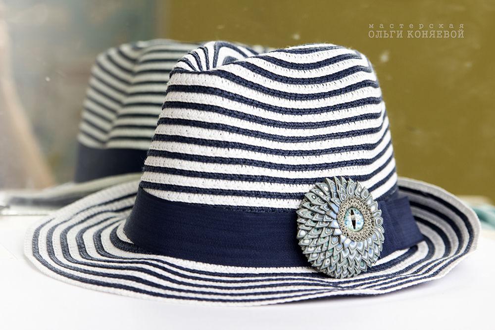 шляпа с полями, необычная брошь, оберег, с чем носить