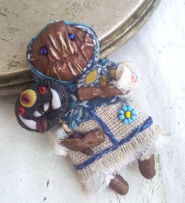 грунтованный текстиль, бабайка, акриловый грунт, тряпочная кукла, дизайнерская брошь