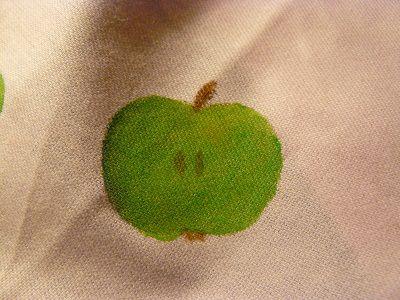 Яблоко с нарисованными семенами и хвостиком