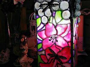 Витражная лампа / декоративный светильник Лилии и стрекозы под дождем. Ярмарка Мастеров - ручная работа, handmade.