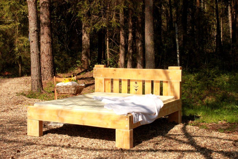 кровать, деревья
