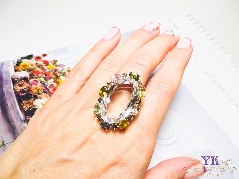 Кольцо с крупным хрусталем.