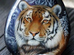 """Кулон с росписью на камне """"Зимний Тигр"""" (видео). Ярмарка Мастеров - ручная работа, handmade."""