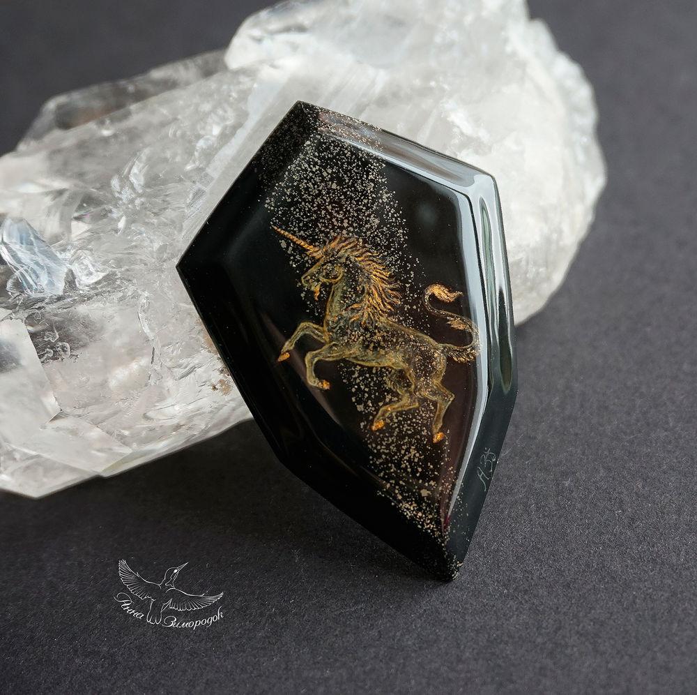 лаковая миниатюра, роспись камней, миниатюра купить, миниатюрная живопись, камни для украшений, подарок на 8 марта, федоскино миниатюра, подарок на день рождения, черный золотой желтый, пирит сланец украшение