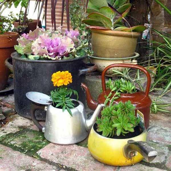 фото цветников из ненужных вещей обозначает лишь цвет