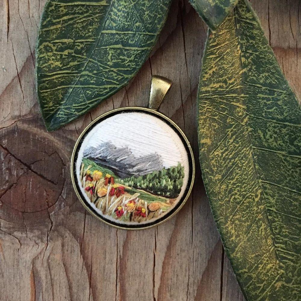 Броши с вышитыми гладью горными пейзажами от Sarah Buckley