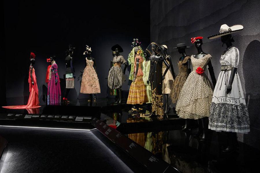 Dior признается в любви к Англии: в Лондоне открылась выставка-ретроспектива Кристиана Диора