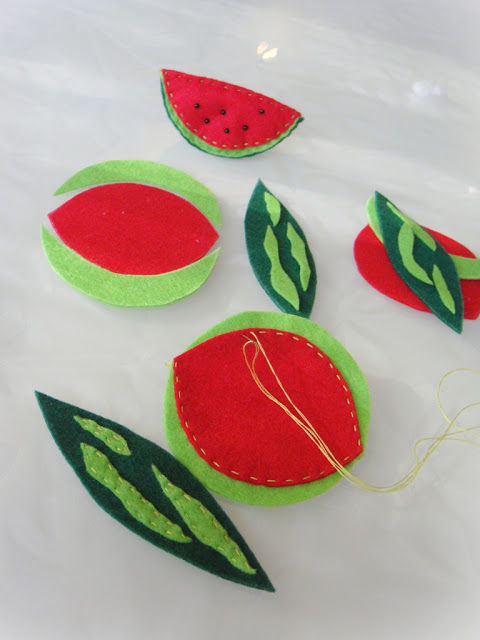 Creating a Funny Watermelon Brooch out of Felt, фото № 4