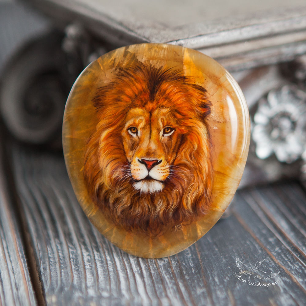 лаковая миниатюра роспись, роспись камней, рисунки на камнях, миниатюра купить, миниатюрная живопись, камни для украшений, подарок на 8 марта, бохо этно эко стиль, оранжевый белый серый, лев левушка кулон