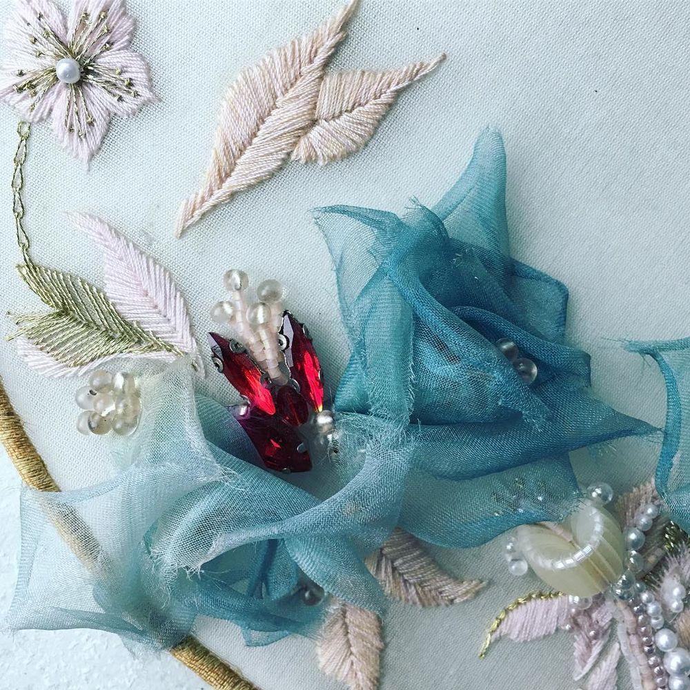 Вышивка с объемными цветами из ткани от Jiaran Studio